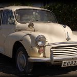 Ein Morris Minor (Rechtslenker) am Strassenrand in Coral Bay